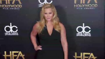 Vidéo – Reese Withers­poon illu­mine le tapis rouge des Holly­wood Film Awards