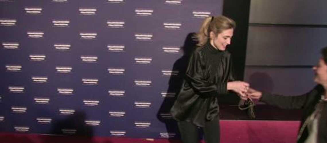 Vidéo – Julie Gayet tout sourire au Champs Elysées film Festival