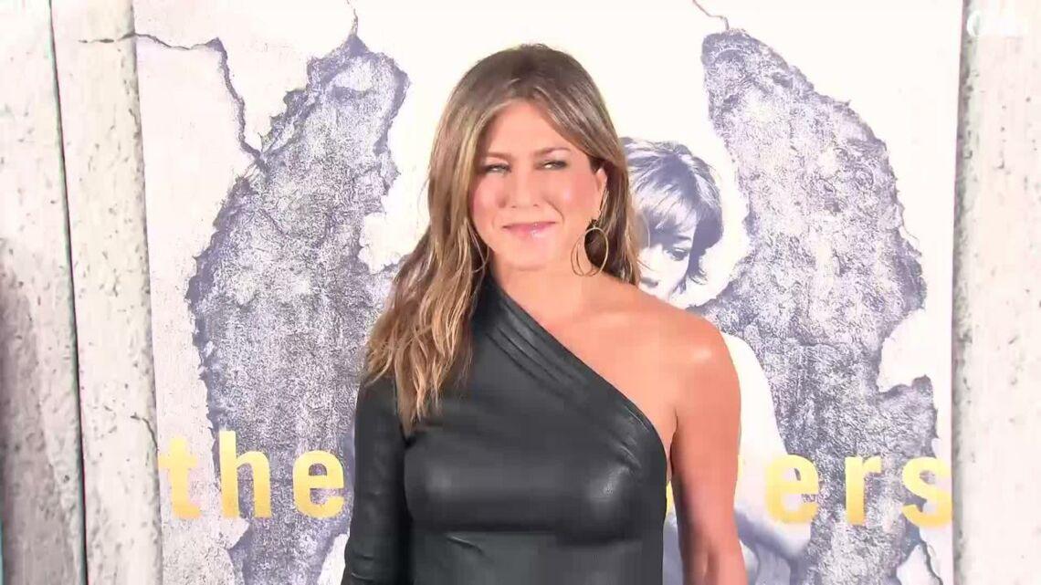 VIDEO – Jennifer Aniston, très sexy en petite robe en cuir