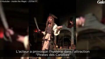 VIDEO – Ruiné, Johnny Depp est obligé de jouer les animateurs à Disneyland
