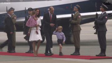VIDEO – George et Charlotte volent la vedette au prince William et Kate Middleton à leur arrivée en Pologne