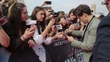 VIDEO – Harry Styles et Chris­to­pher Nolan font sensa­tion sur le tapis rouge de Dunkerque