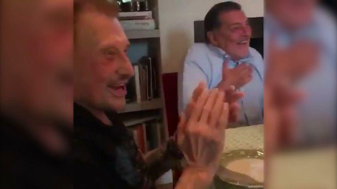 VIDEO – Johnny Hallyday et Patrick Bruel tout sourires pour l'anniversaire de Jean-Claude Camus