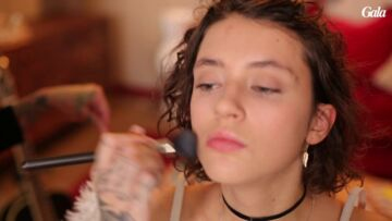 VIDEO – Dans les coulisses du maquillage de la chan­teuse Pomme par Fanny Maurer, make-up artist Clarins