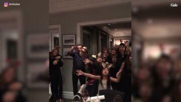 VIDEO – Johnny Hallyday, un vrai père Noël pour ses enfants: les images de leur dernier Noël ensemble