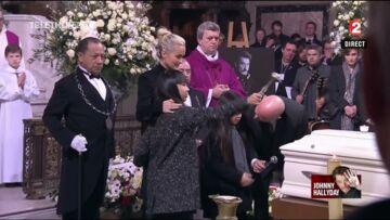 VIDEO – Le dernier baiser de Laeticia Hallyday, Jade et Joy au cercueil de Johnny Hallyday