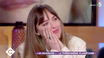 VIDEO – Dakota Johnson, au bord des larmes devant les images d'archives de sa mère Melanie Griffith racontant une anecdote de casting