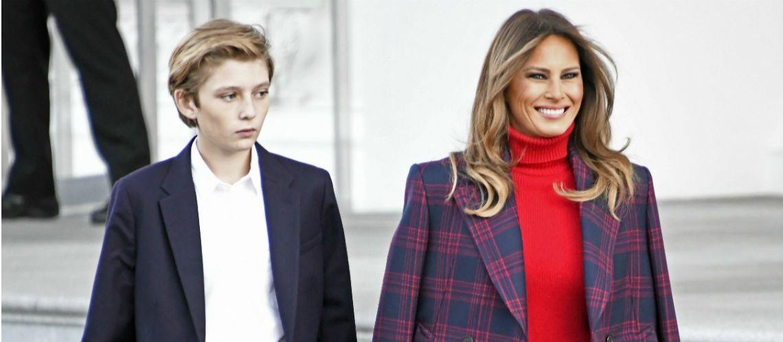 Photos – Melania Trump sublime en long manteau à carreaux et bottes en cuir pour recevoir le sapin de Noël à la Maison Blanche