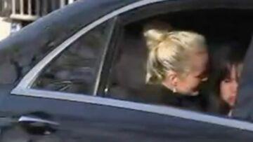 VIDEO – Laeticia Hallyday émue et Joy en larmes face à la foule qui reprend «Gabrielle»