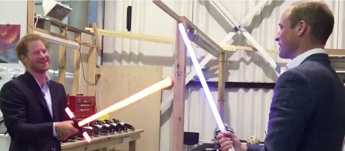 Les princes William et Harry, fans de Star Wars: les frères se battent à coups de sabres laser