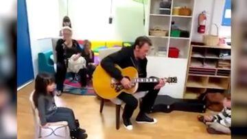 VIDEO – Quand Johnny Hallyday chantait et jouait de la guitare dans la classe d'école de Joy