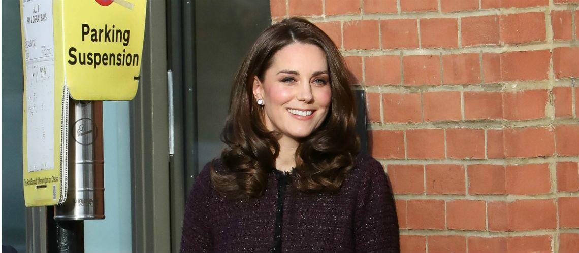 PHOTOS – Kate Middleton très enceinte:  elle porte enfin des habits de grossesse et recycle son célèbre manteau signé Séraphine