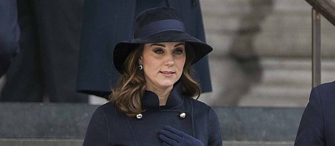 PHOTOS – Kate Middleton, chic et sobre en manteau, chapeau et gants assortis pour rendre hommage aux victimes de Greenfell Tower