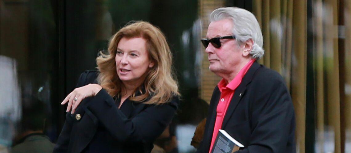 Pourquoi c'est Valérie Trierweiler qui a fait l'interview confidences d'Alain Delon?