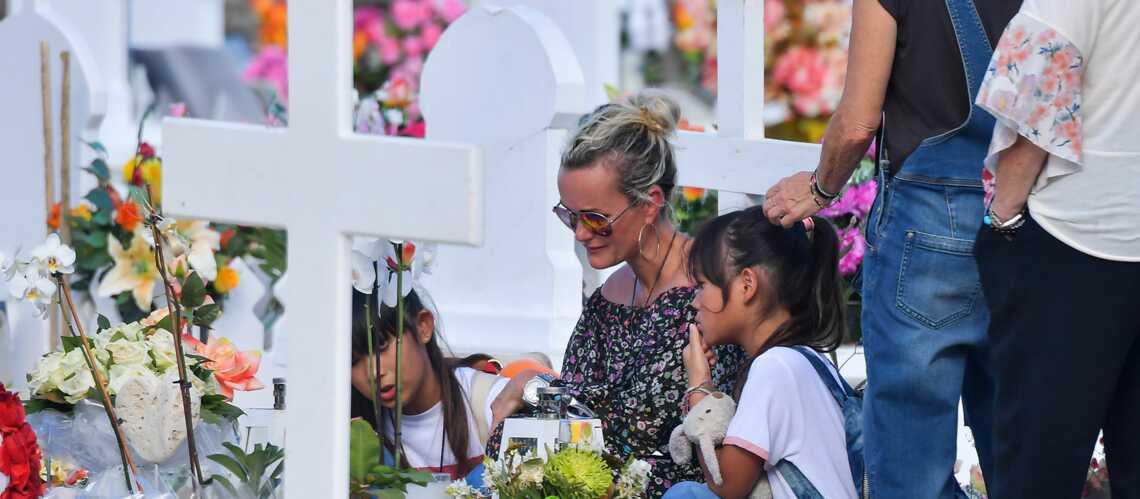 EXCLU – Laeticia Hallyday ses larmes déchirantes sur la tombe de Johnny