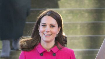 PHOTOS – Kate Middleton enceinte: Dans son manteau rose, la duchesse rayonne