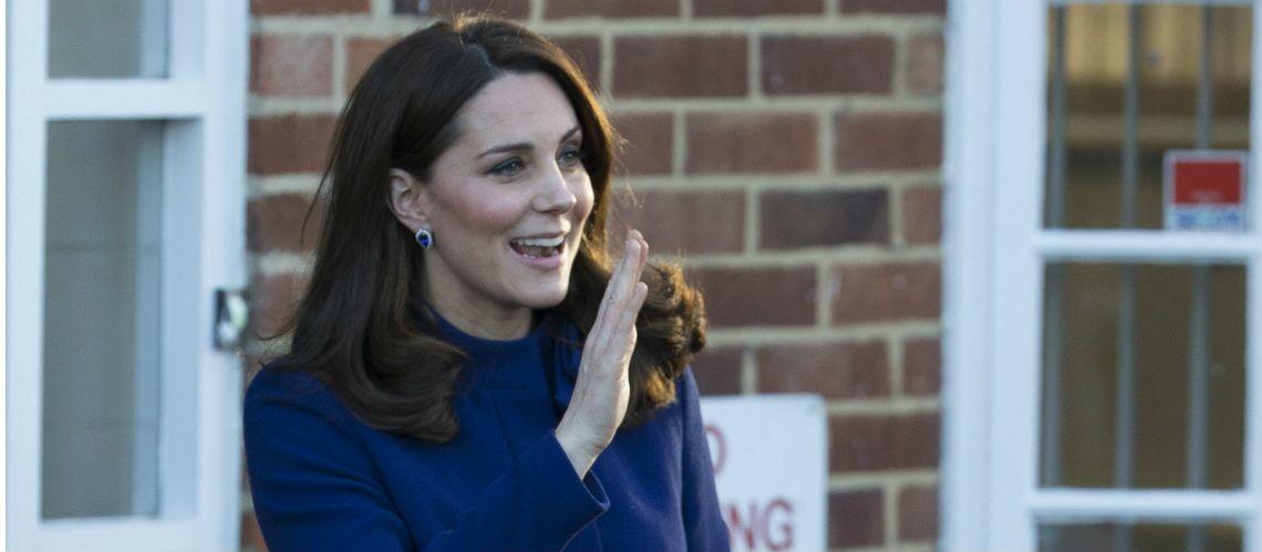 PHOTOS – Kate Middleton, rayonnante dans un tout nouveau manteau bleu marine au col très distingué