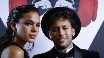 PHOTO – Neymar en chaise roulante après son opération du pied, il peut compter sur le soutien de sa compagne Bruna Marquezine
