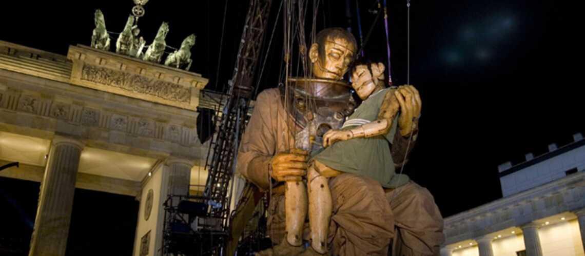 Photos- La réunification à pas de géants à Berlin
