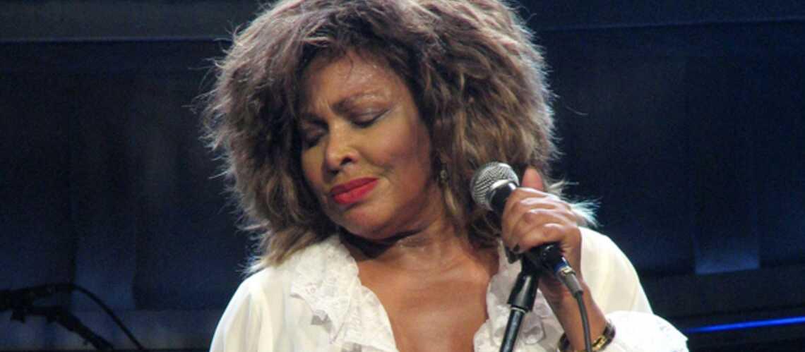 Tina Turner a un chat dans la gorge