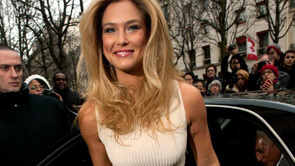Vidéo- Bar Refaeli bien entourée chez Dior