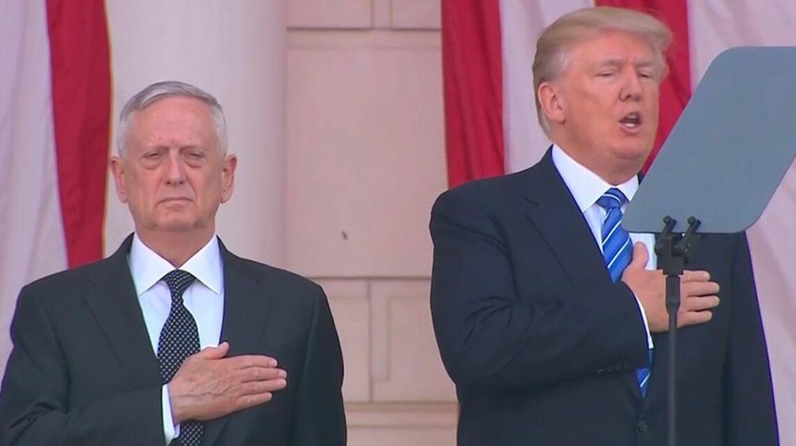 VIDEO – Donald Trump: son attitude embarrassante pendant l'hymne américain