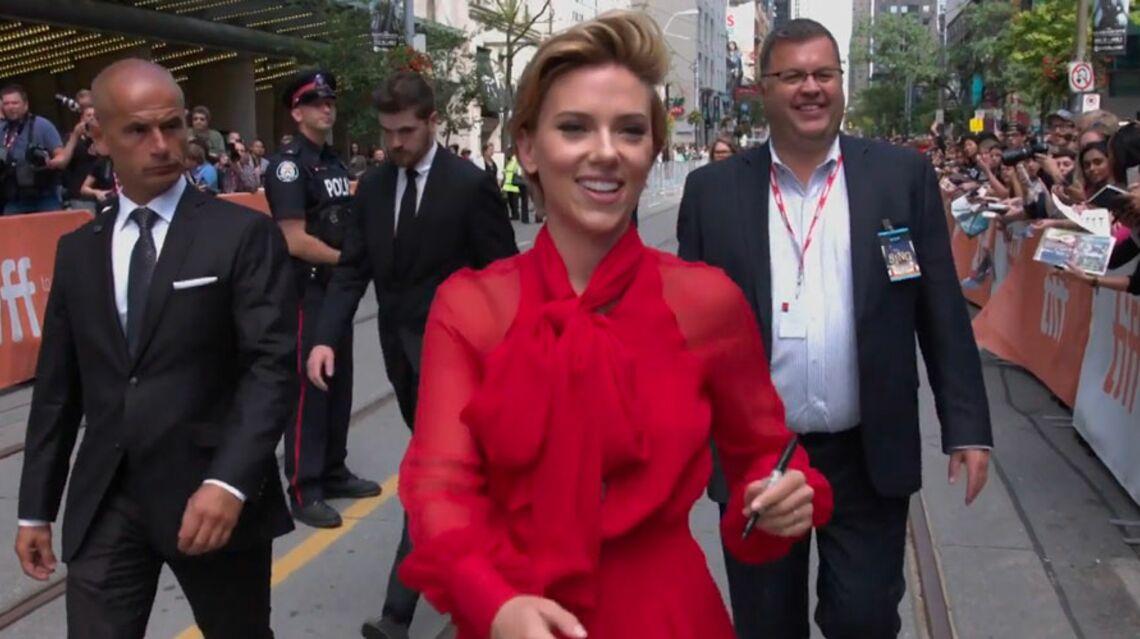 VIDEO- Entre deux hommes, Scarlett Johansson ne sait plus où donner de la tête