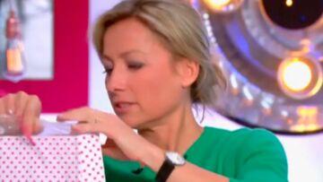 VIDEO – Le cadeau répugnant de Michel Cymes à Anne-Sophie Lapix dans «C à vous» la laisse perplexe