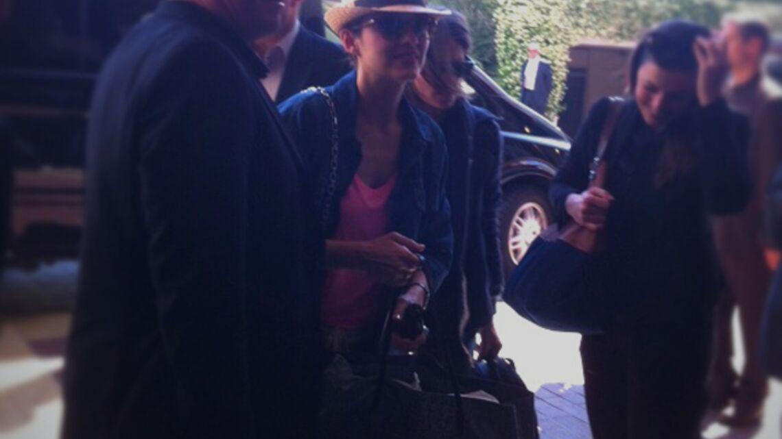 Vidéo- Marion Cotillard: arrivée discrète à Cannes