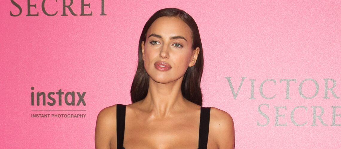 PHOTOS – Irina Shayk, enceinte de Bradley Cooper, crée la surprise au défilé Victoria's Secret