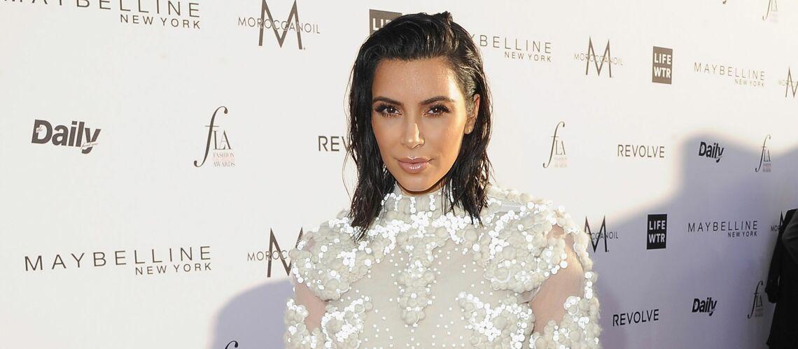 PHOTOS – Kim Kardashian, cheveux mouillés et robe transparente sur le tapis rouge