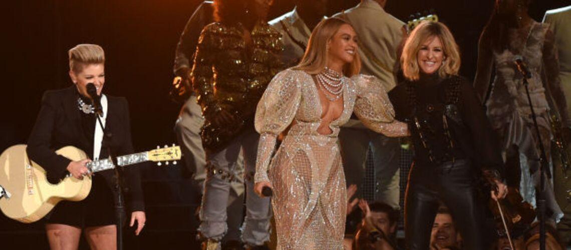 PHOTOS – Beyoncé, encore une fois habillée d'une robe transparente aux CMA Awards