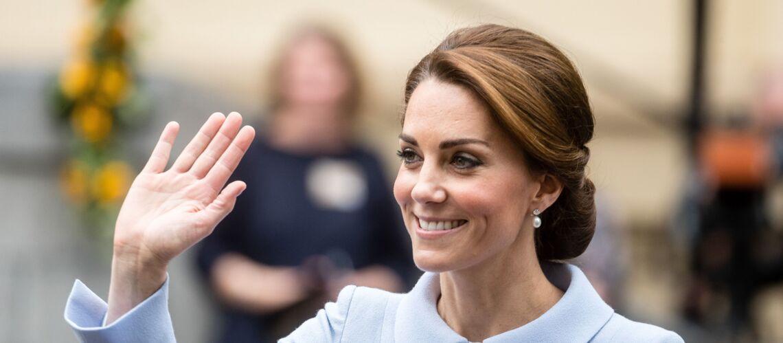 PHOTOS – Kate Middleton ose la minijupe en prison