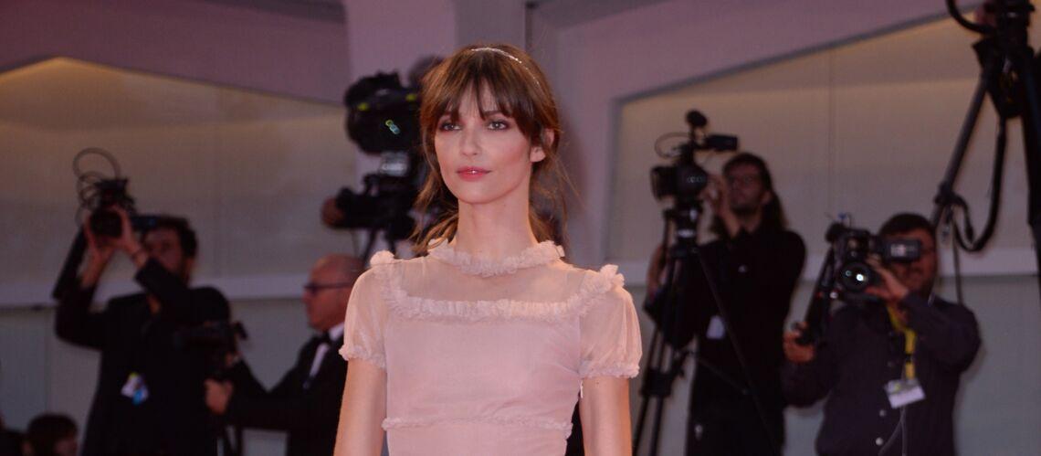 PHOTOS – Annabelle Belmondo: la petite-fille de Jean-Paul Belmondo fait sensation sur le tapis rouge de Venise en petite robe rose