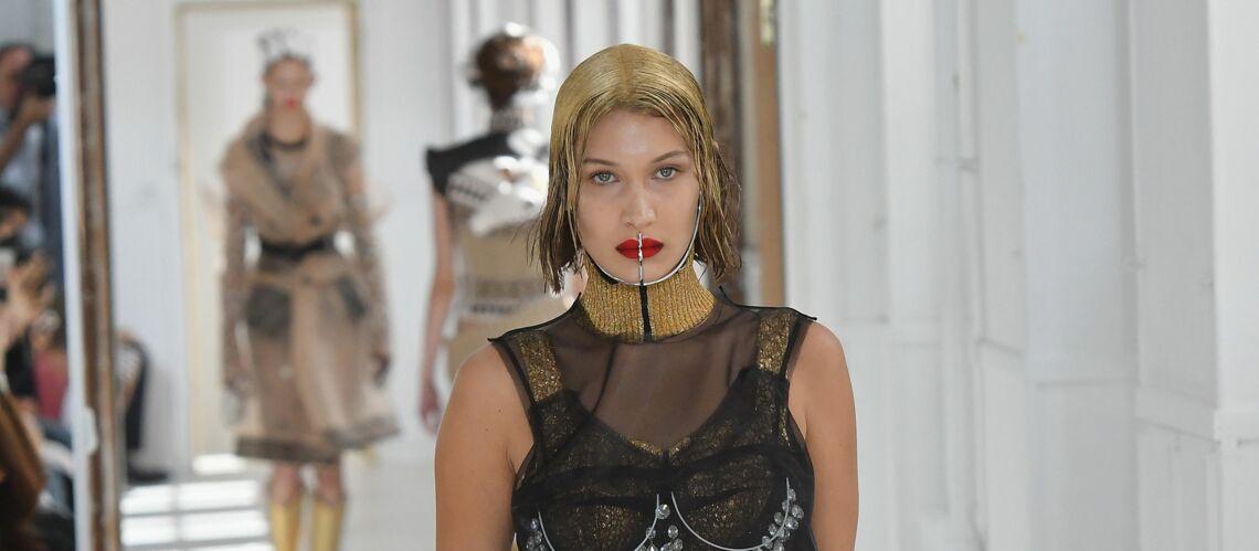 PHOTOS – Bella Hadid, cheveux dorés et muselière chez Maison Margiela