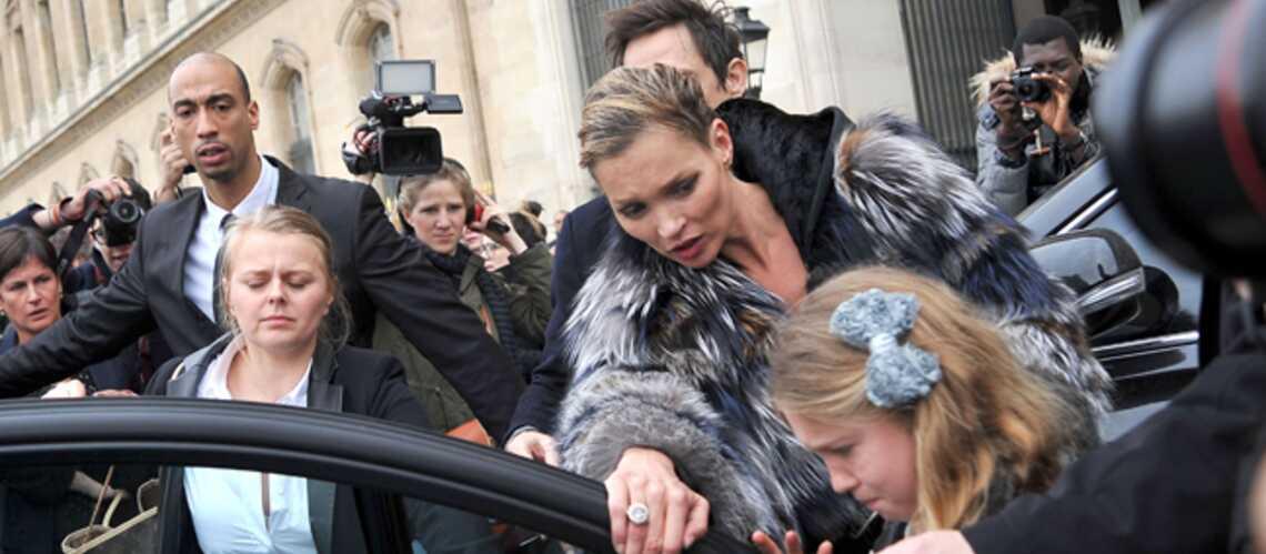 Kate Moss, mère poule après le show Louis Vuitton