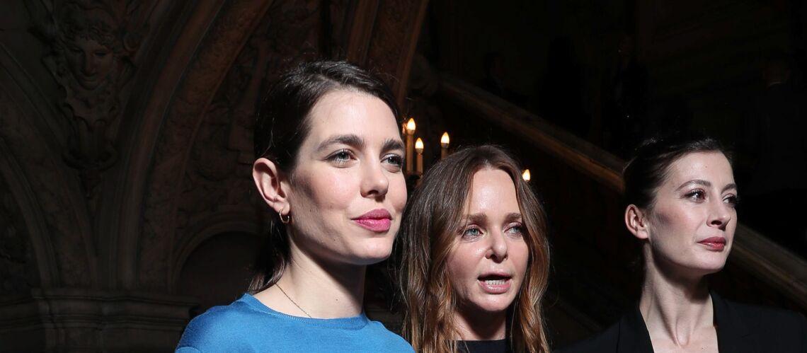 PHOTOS – Charlotte Casiraghi: bouche gourmande et queue-de-cheval plaquée au défilé Stella McCartney