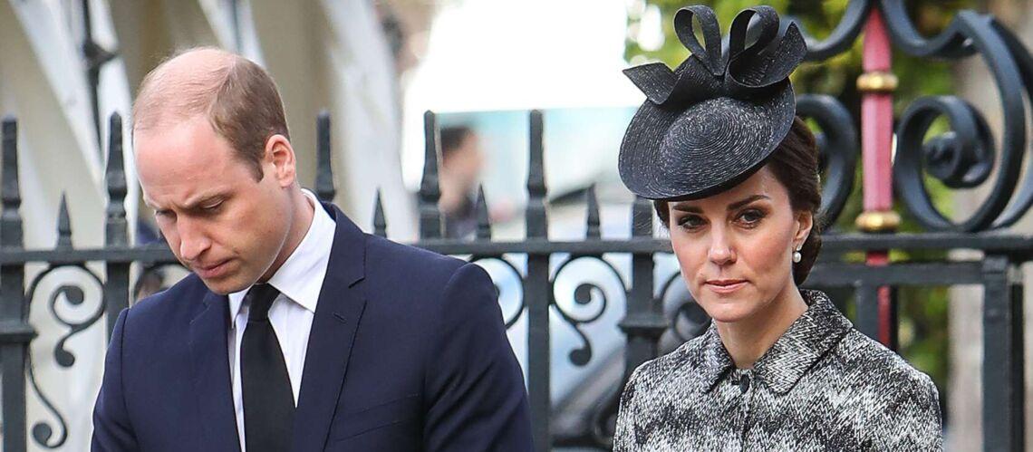 PHOTOS – Kate Middleton sobre et digne en total look gris