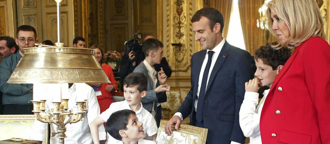 PHOTOS – Sur le bureau de Brigitte Macron il y a beaucoup de dossiers mais pas de photos de son époux