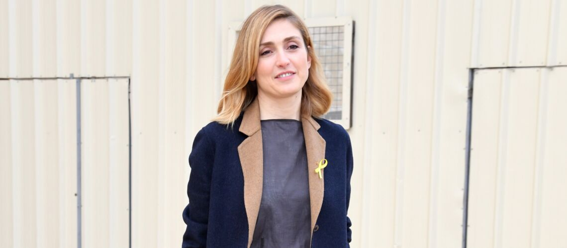 PHOTOS – Julie Gayet arbore un nouveau style haut en couleurs au défilé Hermès