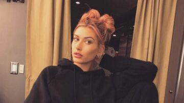 PHOTOS – Hailey Bald­win succombe aux cheveux roses