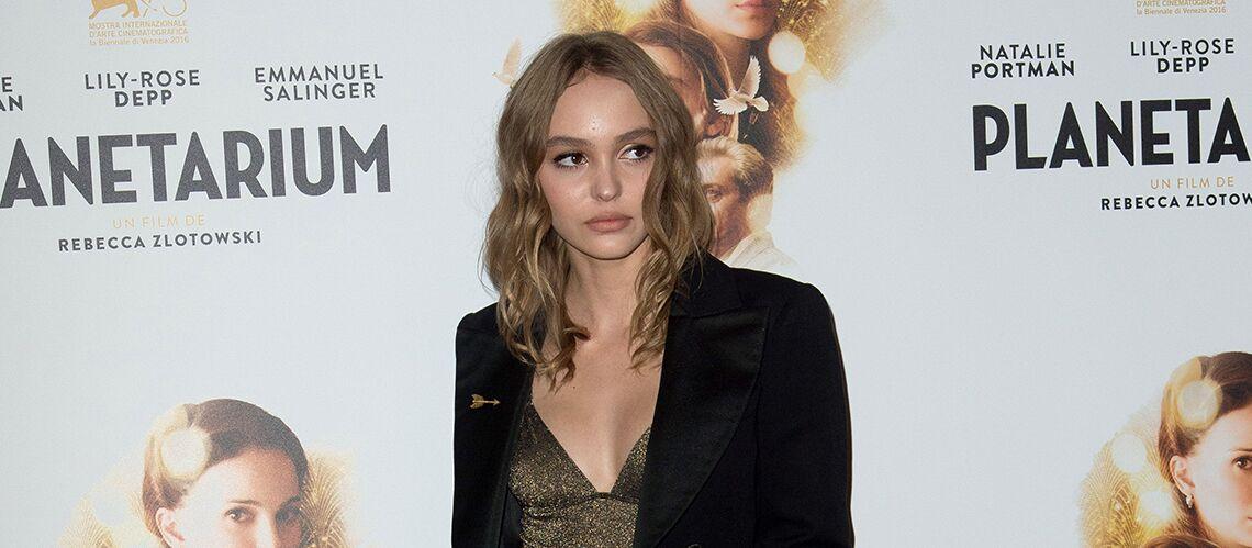 PHOTOS – Lily-Rose Depp en décolleté doré sur le tapis rouge