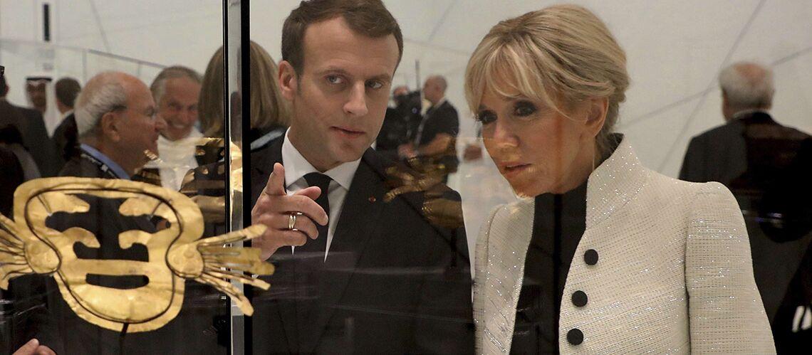 PHOTOS – En voyage à Abu Dhabi, Brigitte Macron troque ses robes courtes pour une tenue beaucoup plus couvrante