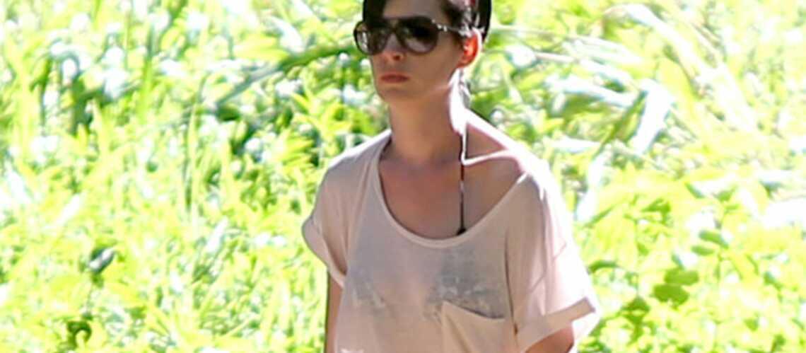 Anne Hathaway échappe de peu à la noyade!