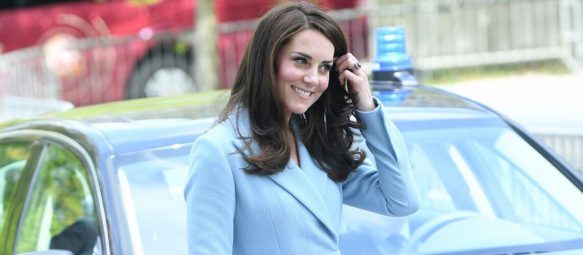 PHOTOS – Kate Middleton fait de l'ombre au soleil dans son manteau couleur ciel