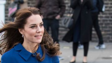 PHOTOS – Kate Midd­le­ton déli­cieu­se­ment rétro en robe bleue cein­tu­rée au côté du prince William