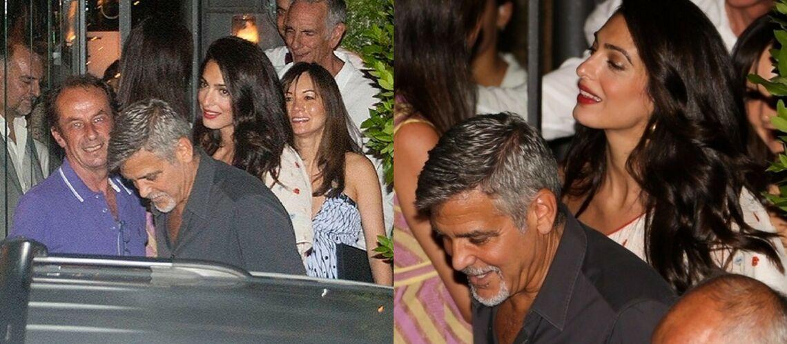 PHOTOS – Amal Clooney, ravissante pour sa première sortie depuis la naissance des jumeaux