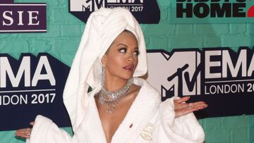 PHOTOS – Rita Ora surprend en portant un peignoir sur le tapis rouge des MTV Euro­pean Music Awards