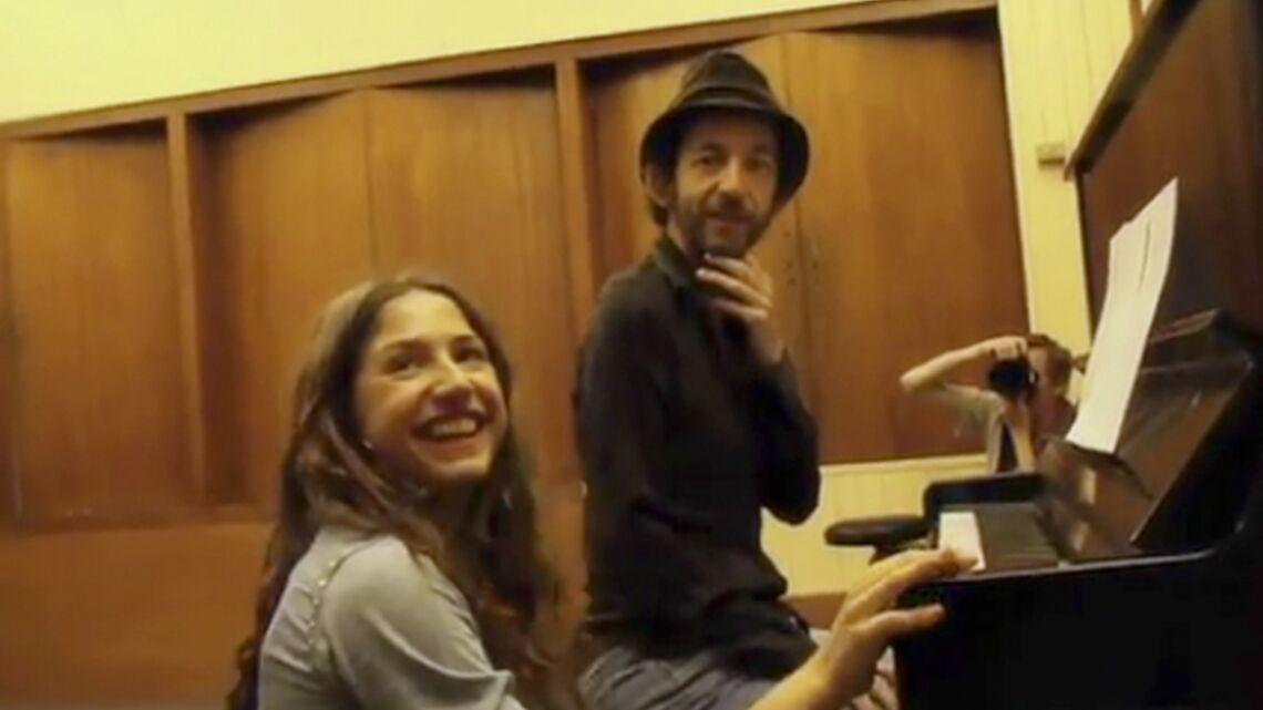 Vidéo- Arthur H et Izia chantent la beauté de leur relation