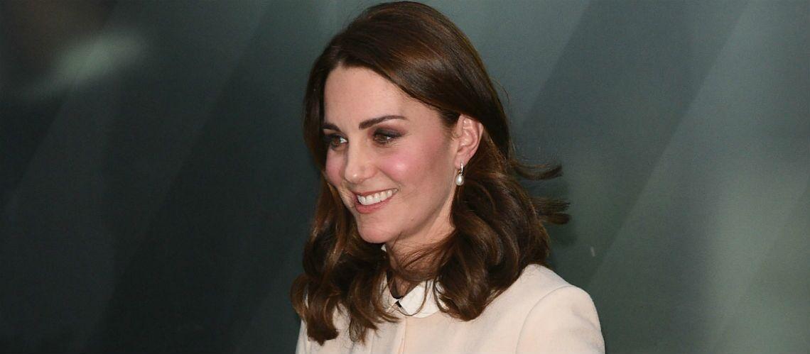 PHOTOS – Enceinte, Kate Middleton transgresse le protocole en jupe courte
